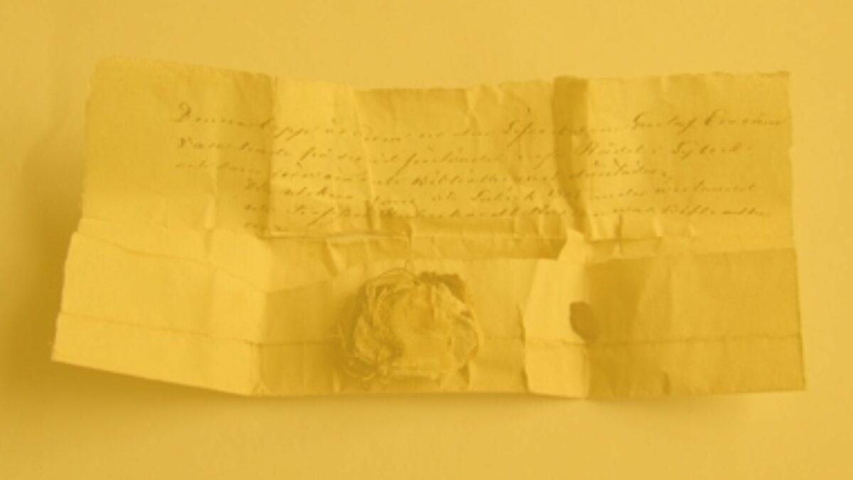 Ein alter Brief auf einem Tisch